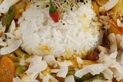 Asia-Gemüsepfanne-mit-gelber-Thai-Currysauce-und-Reis-Gasthof-Bären-Zweisimmen-Lahaije