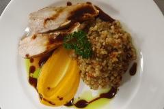 Gebratene-Pouletbrust-an-Honig-Soja-Sauce-mit-Karotten-Kürbis-Püree-und-Graupenrisotto-Gasthof-Bären-Zweisimmen-Lahaije