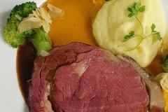 Ochsenkotelette-am-Stück-gebraten-mit-Kürbis-und-Kartoffelpüree-Gasthof-Bären-Zweisimmen-Lahaije